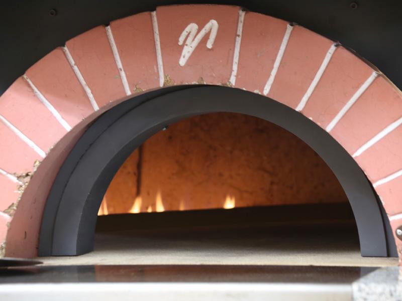 オープンキッチンに設置した自慢の石窯