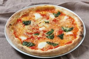 窯焼きのマルゲリータピッツァ